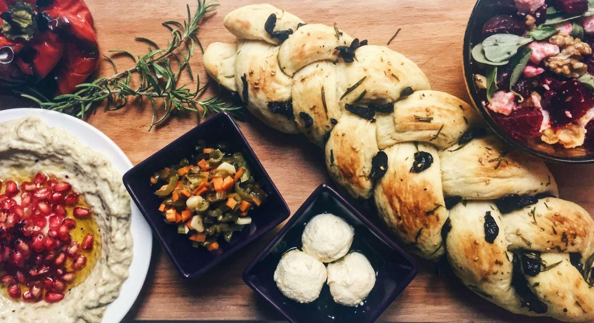 خبز الزيتون مع إكليل الجبل