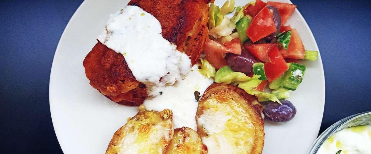 الدجاج على طريقة الكوردن بلو والبطاطا (البطاطس) المخبوزة