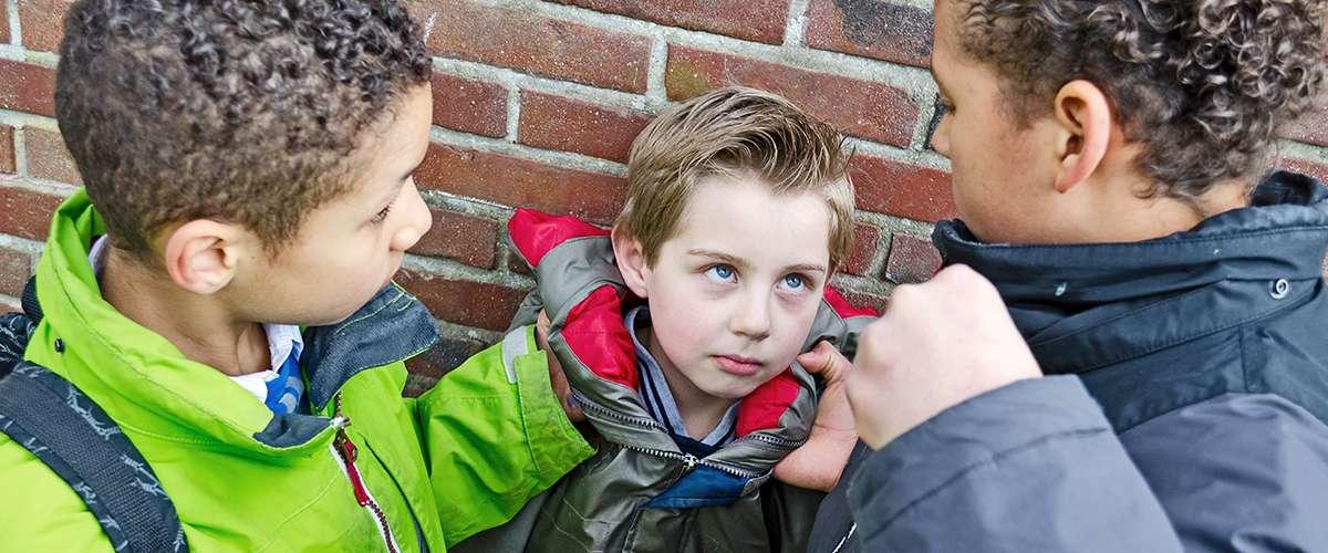 طفلي يتعرّض للضرب والكلام الجارح من أصدقائه..ماذا أفعل؟