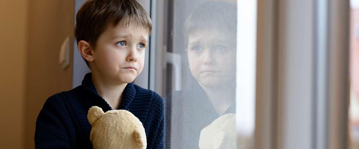 7 أمور يشعر بها الطفل عندما يوبّخه أحد أمام والديه