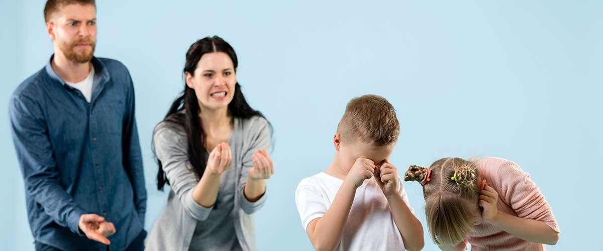 ١٤ تصرّفًا خاطئًا نرتكبهم مع أطفالنا